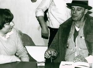 1981 Joseph Beuys signiert im DuMont Verlag die Taschenbuchausgabe seiner Monografie Foto: DuMont-Verlagsarchiv
